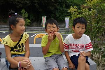 公園で遊ぶ子ども達 トリオ 三兄弟 夏休み 旅行 家族 仲良し 笑顔