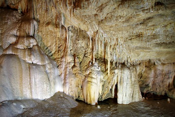 stalaktyty i stalagmity w jaskini