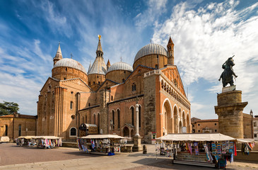 Die Basilica di Sant'Antonio in Padova, Italien, an einem Sommertag Wall mural