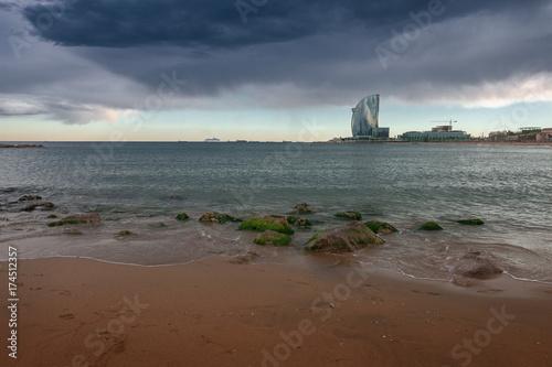 Dunkler Himmel Am Strand Von Barcelona Spanien Stock Photo And