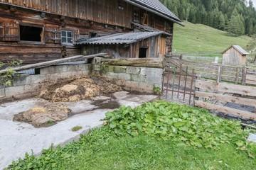 Alter Bauernhof mit Misthaufen in den Bergen, Österreich