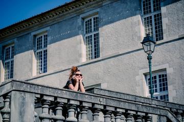 Femme devant le Musée Goya à Castres