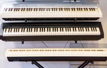 Instrumenty w sklepie muzycznym
