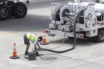 航空機の給油作業