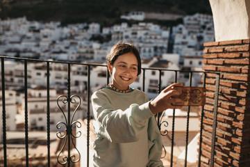 chica adolescente se hace una foto con su movil