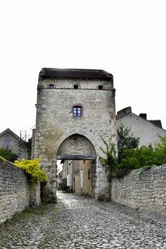 Porte de la ville à Charroux (Allier)