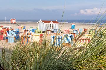 Wall Mural - Auszeit, Entspannung, Ruhe, Urlaub in Deutschland: Strandkörbe, Dünengras, Sandstrand und Meer auf Langeoog :)