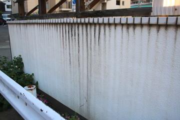 汚れた塀(メンテナンスイメージ)