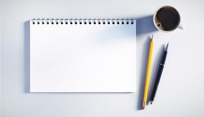 Schreibblock mit Stiften und Kaffeetasse
