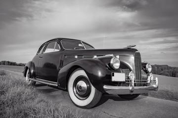 Oldtimer Cadillac Lasalle Coupe 1940, Frontansicht, schwarz-weiß Aufnahme Wall mural