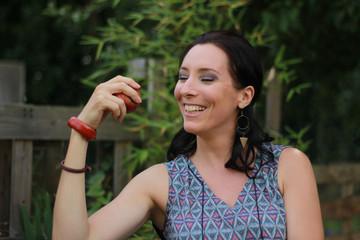 Jeune fille au jardin : va-t-elle croquer la pomme ?