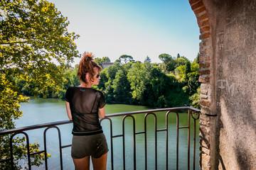 Femme dans les jardins du Musée Toulouse-Lautrec à Albi