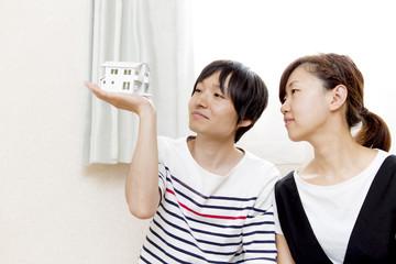 夫婦でマイホームを夢見るイメージ