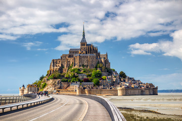 Saint Michael's Mount is an island commune in Normandy. The island has held strategic fortifications since ancient times and has been the seat of a monastery. Fototapete