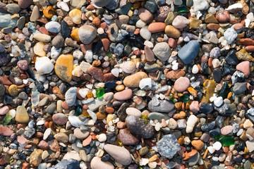 Kieselsteine, rundgeschliffene Glasstücke und Schneckenhaus einer Meeresschnecke am Nordstrand von Helgoland, Schleswig-Holstein, Deutschland