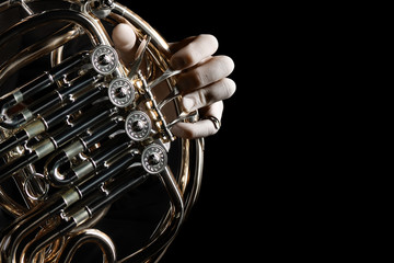 In de dag Muziek French horn instrument. Hands playing horn player
