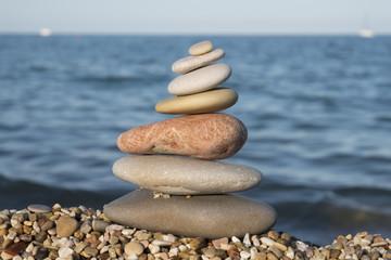 gestapelde stenen aan de kust