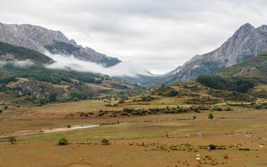 Valle y montañas. Liegos, Comarca de Riaño, León, España.
