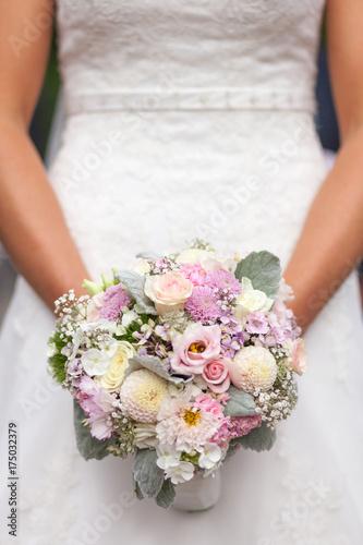 Braut Halt Brautstrauss Mit Beiden Handen Vor Dem Korper Stock Photo