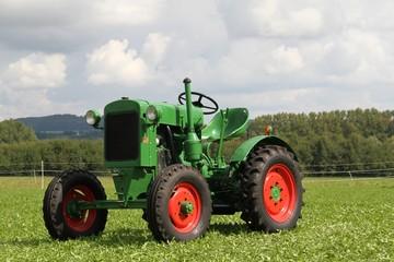 alter historischer grüner Traktor