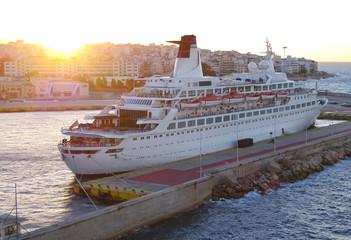 Klassisches Kreuzfahrtschiff bei Sonnenaufgang for Stadtkulisse