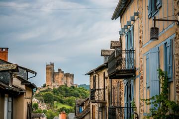 Dans les rues et vue sur la Forteresse Royale de Najac