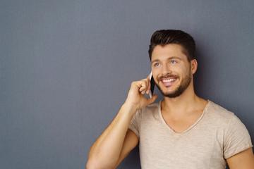 lächelnder mann telefoniert mit seinem smartphone