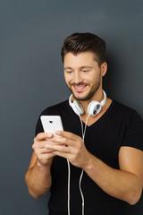 mann hört musik mit seinem smartphone