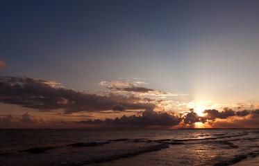 восход солнца на берегу синего моря