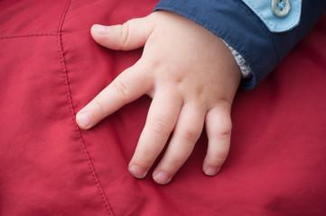 détail main de bébé