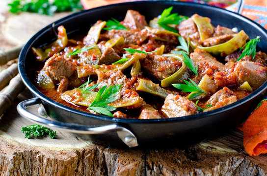 Meat stew with green beans and tomatoes