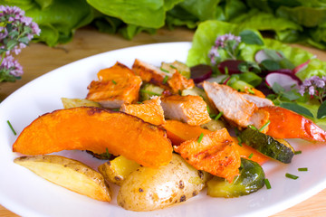 Herbstliche Gemüsepfanne mit gegrillter Hähnchenbrüst