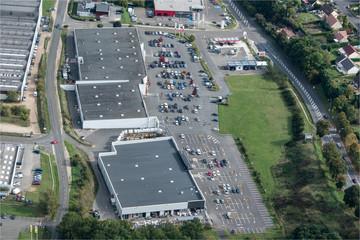 Vue aérienne d'un centre commercial à Maintenon dans l'Eure-et-Loir en france
