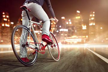 Modernes Fahrrad vor nächtlicher Skyline