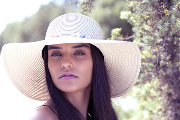 Ritratto all aperto di giovane bella ragazza in posa con cappello f961a282d80f