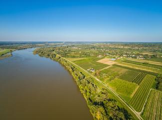 Krajobraz wiejski z rzeką Wisłą i polami uprawnymi. Pola i rzeka z lotu ptaka.