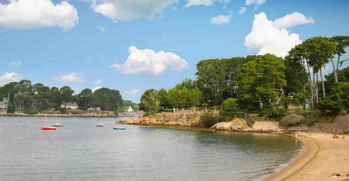 Île aux moines. Front de mer à marée basse . Morbihan, Bretagne, France