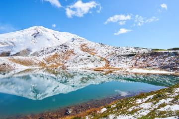初冠雪後の旭岳と姿見の池