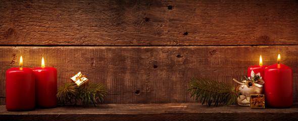 Vierter Advent, Rote Kerzen auf rustikalem Holzhinterung mit Textraum