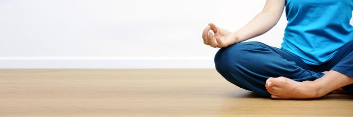 Frau bei Yoga, Meditation und Entspannung - Panorama für Banner oder Header mit Textfreiraum