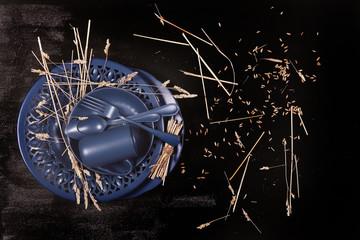 натюрморт синяя посуда стоит на чёрном столе