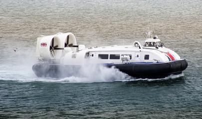 Luftkissenboot bei voller Fahrt
