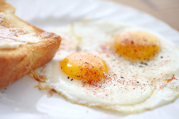 Fried eggs with smoked paprika and toast