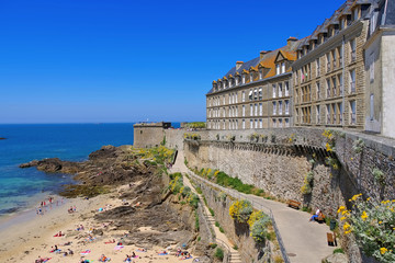 Saint-Malo Strand in der Bretagne, Frankreich - walled town of Saint-Malo beach in Brittany