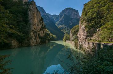 Incentevole paesaggio della gola del Furlo nelle Marche