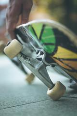Junger Mann mit Skateboard, Innenstadt, Wheels und Trucks