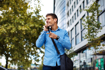 Young businessman talking on the phone in the city