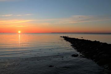 Buhne an der Ostsee im malerischen Morgenlicht, Seebestattung, Trauerkarte