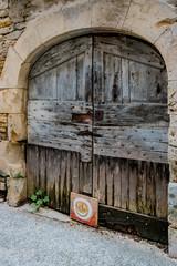 Vieille porte en bois dans les rues de Villeneuve d'Aveyron