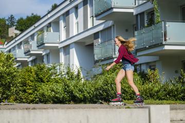 Frau, 22 Jahre, beim Inline Skaten, Wohngebiet